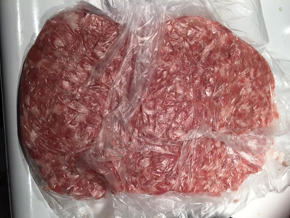 Cho thịt heo xay vào túi nilon