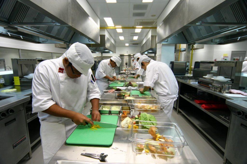 Chế Biến món ăn từ bàn bếp