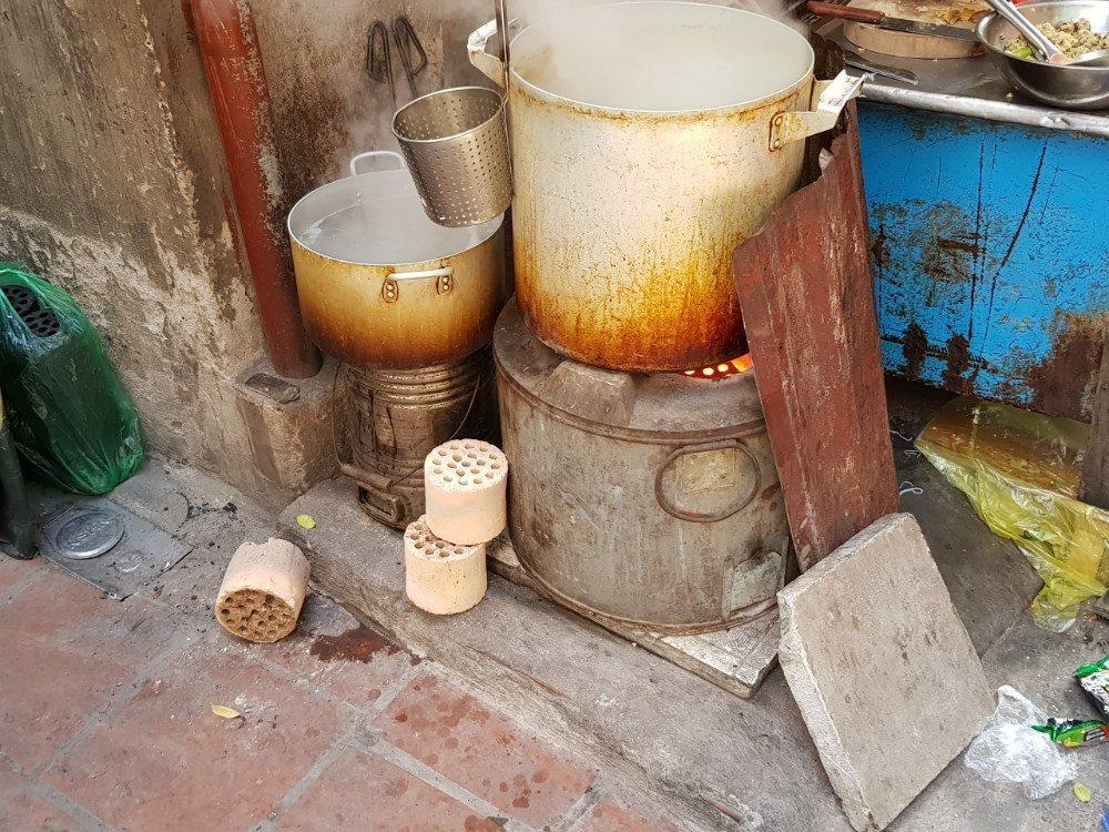 Nấu nước dùng bằng nồi nấu than